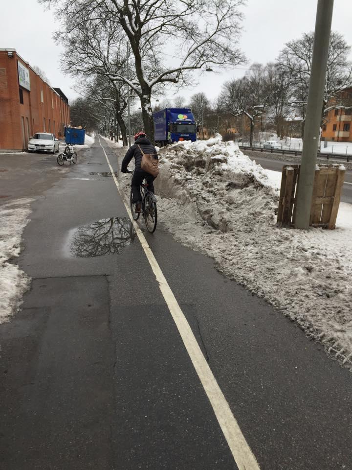 Snöhög blockerar hela cykelbanan