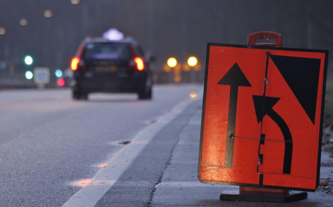 För biltrafik skyltas i många intervaller före hinder