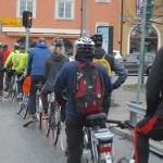Alla cyklande väntar på trafiksignalen vid Alvik.